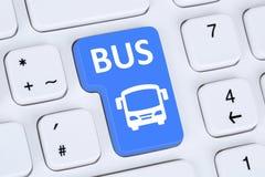 Rezerwuje autobus lub trenuje online internet rezerwaci komputer Obrazy Royalty Free