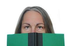 rezerwuje czytelniczej kobiety fotografia stock