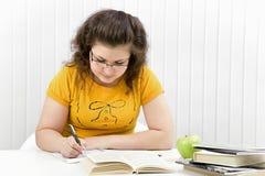 rezerwuje dziewczyny ucznia writing zdjęcie stock