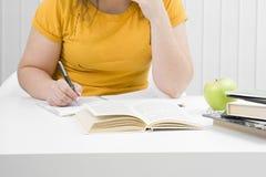 rezerwuje dziewczyny ucznia writing obrazy royalty free