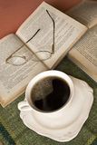 rezerwuje kawowych szkła zdjęcie royalty free