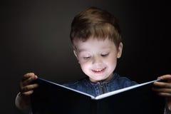 rezerwuje małego chłopiec read zdjęcie royalty free