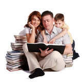 rezerwuje rodzinnego szczęśliwego czytanie zdjęcie stock