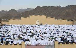 Rezo al inicio de Eid, día de fiesta musulmán de la salida del sol después de un mes Imagenes de archivo