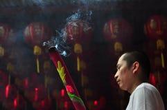 Rezo chino del Año Nuevo en templo Foto de archivo