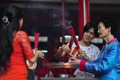 Rezo chino del Año Nuevo en templo Fotos de archivo