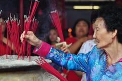 Rezo chino del Año Nuevo en templo Foto de archivo libre de regalías