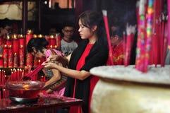 Rezo chino del Año Nuevo en templo Fotografía de archivo