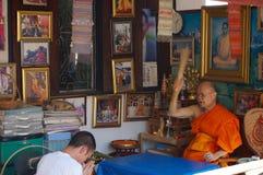 Rezo de la bendición del monje en el templo de Wat Chiang Man, Chiang Mai Fotos de archivo libres de regalías