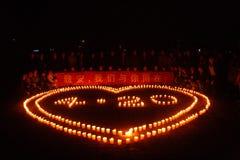 Rezo de la luz de una vela Imagenes de archivo