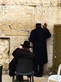 Rezo delante de la pared que se lamenta imagen de archivo libre de regalías