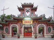 Rezo dentro de un templo budista del Taoist en Vietnam, adoración de la estatua de Buda en un templo antiguo en ciudad del turist Imágenes de archivo libres de regalías