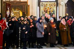 Rezo en la iglesia con el candel foto de archivo libre de regalías