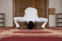Rezo humilde de los musulmanes del Afro Foto de archivo libre de regalías
