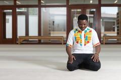 Rezo humilde de los musulmanes del Afro Foto de archivo