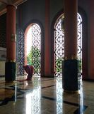 Rezo musulmán en mezquita foto de archivo libre de regalías