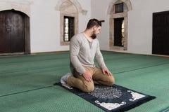 Rezo musulmán humilde Imágenes de archivo libres de regalías