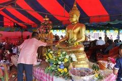 Rezo que camina de la gente budista, Tailandia Fotografía de archivo