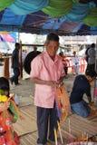 Rezo que camina de la gente budista, Tailandia Fotos de archivo libres de regalías