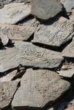 Rezos budistas grabados en piedras Imagen de archivo libre de regalías