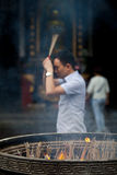 Rezos budistas que queman incienso Fotos de archivo
