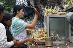 Rezos del templo, Pura Goa Lawah, Bali, Indonesia Foto de archivo