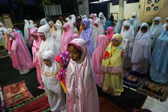 Rezos en la mezquita Fotografía de archivo libre de regalías