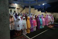 Rezos en la mezquita Fotos de archivo libres de regalías