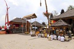 Rezos en Pura Ulun Danu Batur, Bali, Indonesia Imagenes de archivo