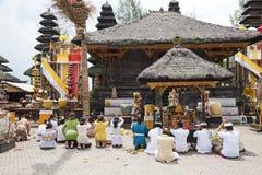Rezos en Pura Ulun Danu Batur, Bali, Indonesia Imagen de archivo