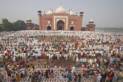 Rezos musulmanes en el Taj Mahal imagenes de archivo