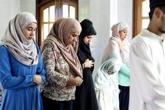 Rezos musulmanes en la postura de Qiyaam Imagen de archivo