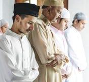 Rezos musulmanes en la postura de Tashahhud Fotografía de archivo