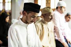 Rezos musulmanes en la postura de Tashahhud Fotografía de archivo libre de regalías