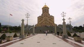 Rezos que caminan a la catedral de la trinidad santa de Tbilisi, de la bendición y de la fe en dios almacen de metraje de vídeo