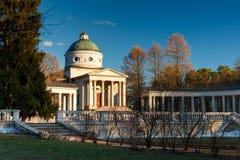 Rezydencja ziemska Arkhangelskoe grobowiec kolumnada Wiosna w parku zdjęcie royalty free