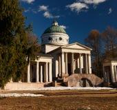 Rezydencja ziemska Arkhangelskoe grobowiec kolumnada Wiosna w parku zdjęcia royalty free