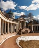 Rezydencja ziemska Arkhangelskoe grobowiec kolumnada Wiosna w parku obraz royalty free