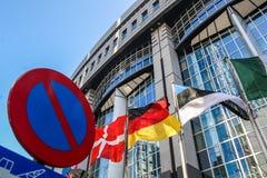 Rezygnować flaga przed parlamentu europejskiego budynkiem które Brukseli Obraz Stock
