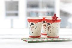 RFestive静物画:与雪人的图片的三块玻璃 免版税库存照片
