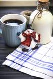 RFestive-Stillleben mit einer Flasche, eine Schale, ein Schneemann Stockbilder