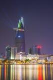 RfHo池氏Minh河沿视图与激光照明设备的coloul夜庆祝的新年2015年 免版税库存照片