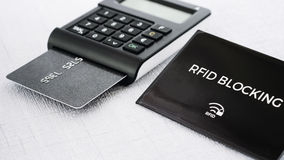RFID安全信用卡的从乱砍,有卡片的TAN发电器保护袖子在中立立场 免版税库存图片