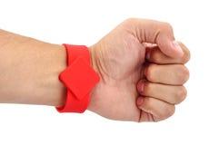 RFID-armband på hans hand Arkivfoto