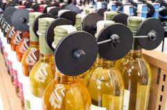 RFID ciężka etykietka na alkoholicznych napojów butelce Obrazy Stock