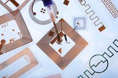 RFID-det att inplanterainjektionsspruta och RFID-etiketter Arkivfoton