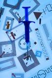 RFID-det att inplanterainjektionsspruta och RFID-etiketter Fotografering för Bildbyråer