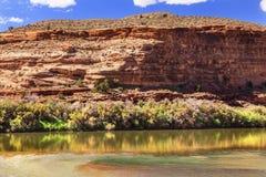 Réflexion de canyon de roche du fleuve Colorado près des voûtes Moab Utah Image stock