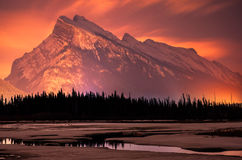 Réflexion de montagne de nuit de Banff Image libre de droits