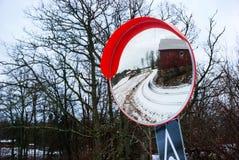 Réflexion de route et de ferme dans le miroir d'hiver, Norvège Photographie stock